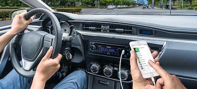 La entrada USB te permite reproducir música desde tu iPhone o iPod