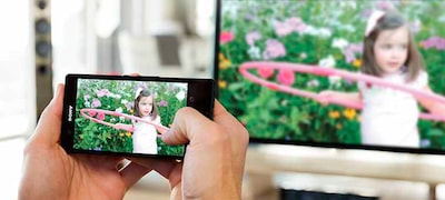 Screen mirroring for sharing smartphone content