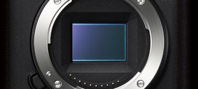 Senzor de imagine CMOS Exmor™ de 24,2 MP