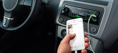 A entrada USB permite-lhe reproduzir música a partir do seu iPhone ou iPod